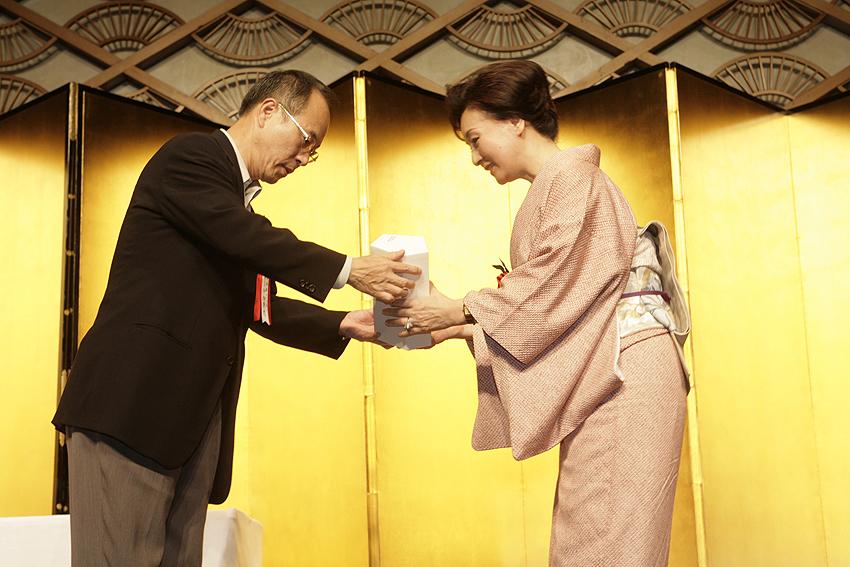 父に代わってTCCホール・オブ・フェイムの表彰式に出た娘の伊藤緋紗子