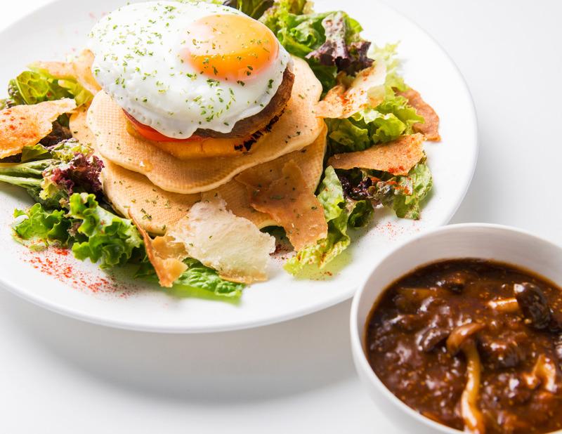 Cafe PLUMERIA[ハワイアン カフェ]_秋のロコモコパンケーキ ~きのこデミグラスソース&特製メープルシロップ添え~
