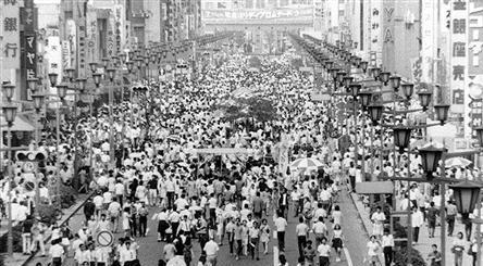 人間回復をうたって1970年にスタートした歩行者天国