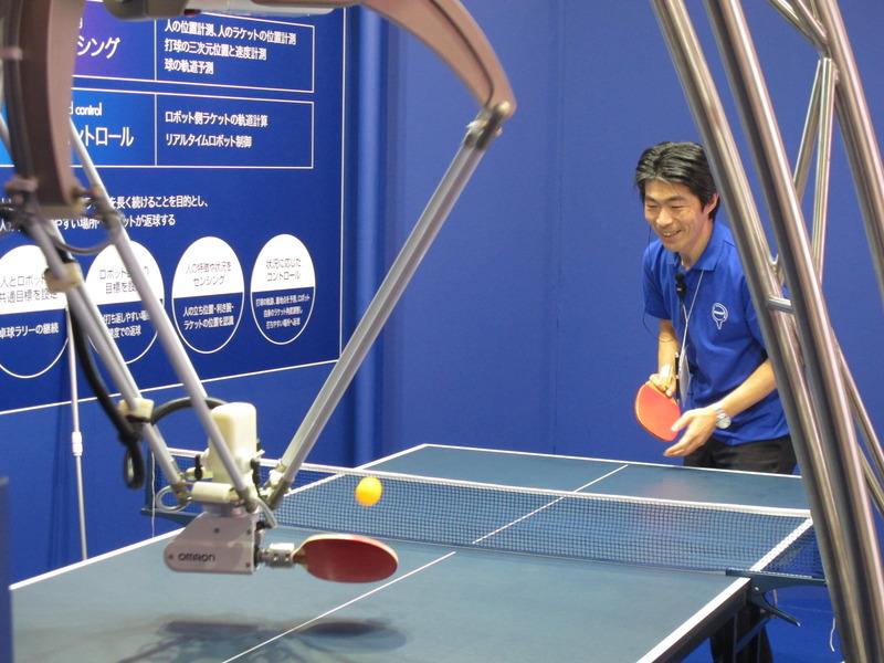 「ラリー継続卓球ロボット」。人が打ち返しやすいようにロボットが気遣ってくれます