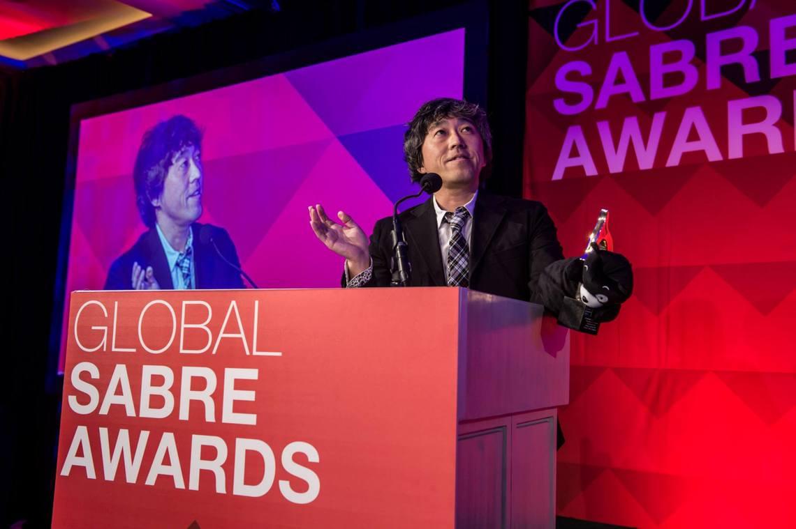 SABRE受賞の挨拶をする、電通PRの井口理氏