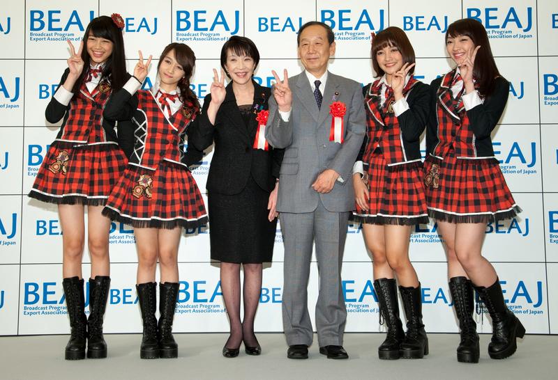 左からマリアさん、アヤナさん、高市総務相、山口俊一内閣府特命担当大臣、キナルさん、リディアさん