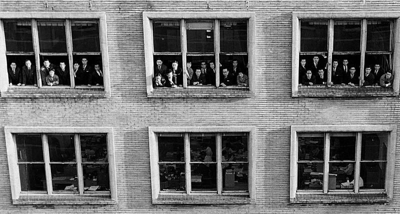 プランニングセンター設立時の記念写真。小谷を中心に、銀座電通ビル7階に全員が顔を揃えた