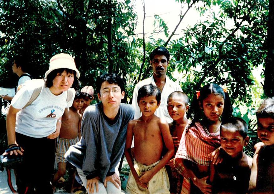 初めて訪れたバングラデシュで子どもたちと(1998年8月)