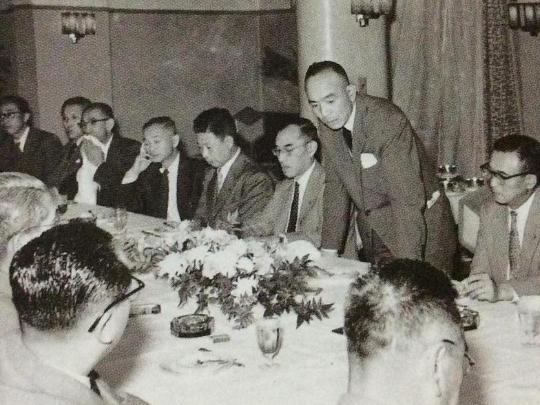 広告界の向上を目指した吉田秀雄(1957年、日本国際広告協会設立総会で)