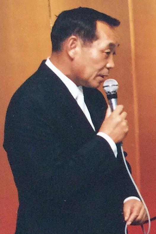 部下の結婚式でスピーチする阿部