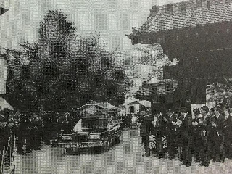 出棺を見送る参列者が道の両側にあふれた