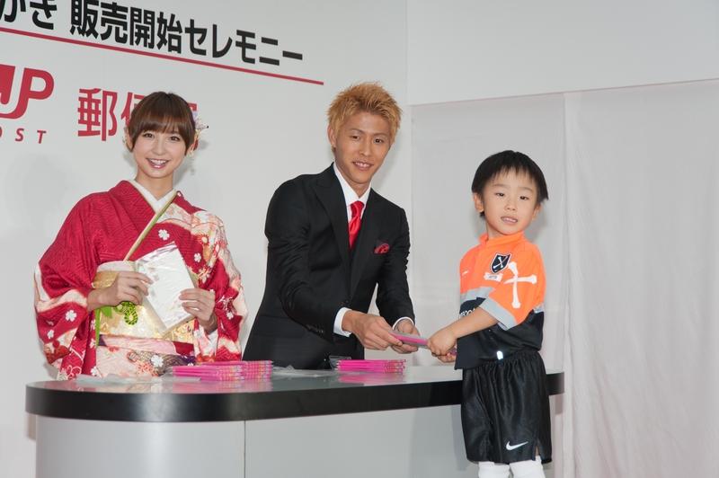 ステージでは、篠田さん、柿谷選手が年賀はがきを特別販売