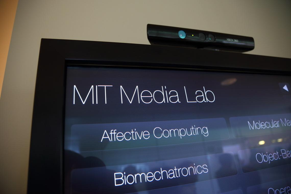 MIT Media Labのなかには、何やら楽しげなデバイスだらけ。 あれもこれも投げ出して、もいちどちゃんと勉強したい。