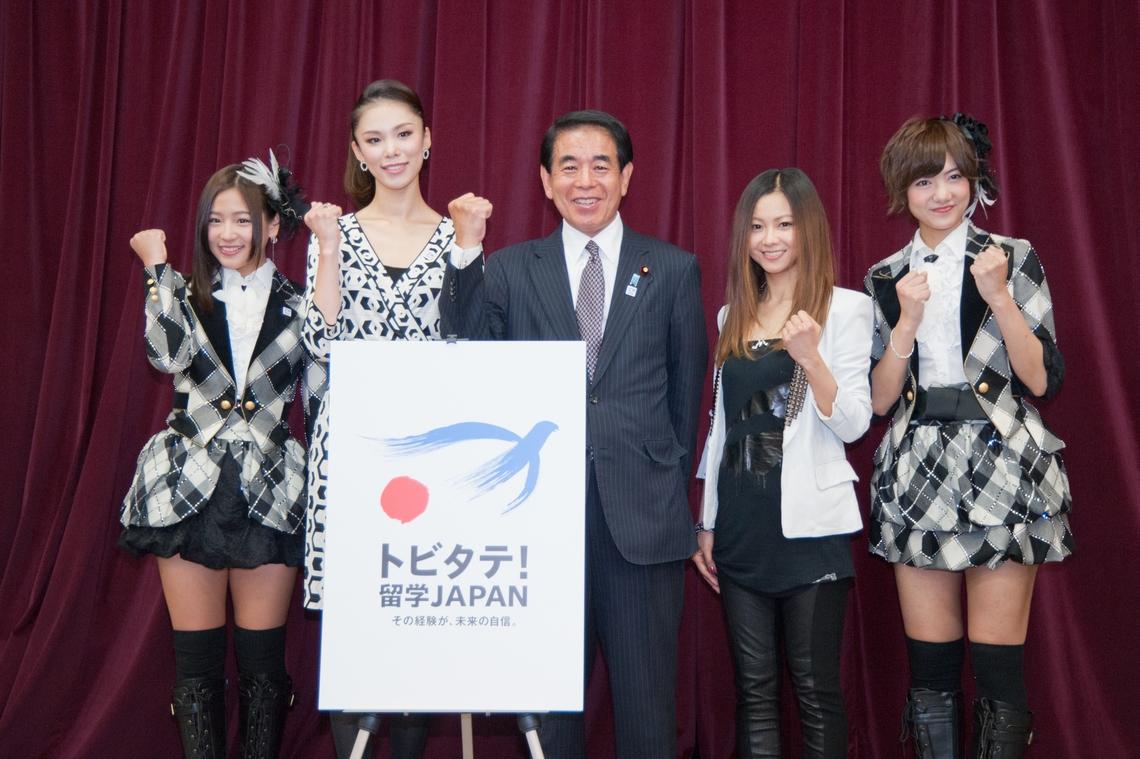 07年ミスユニバースの森理世さん、下村博文文科相、シンガーの倉木麻衣さん、アイドルグループJKT48の仲川遥香さん、SNH48の宮澤佐江さんが出席