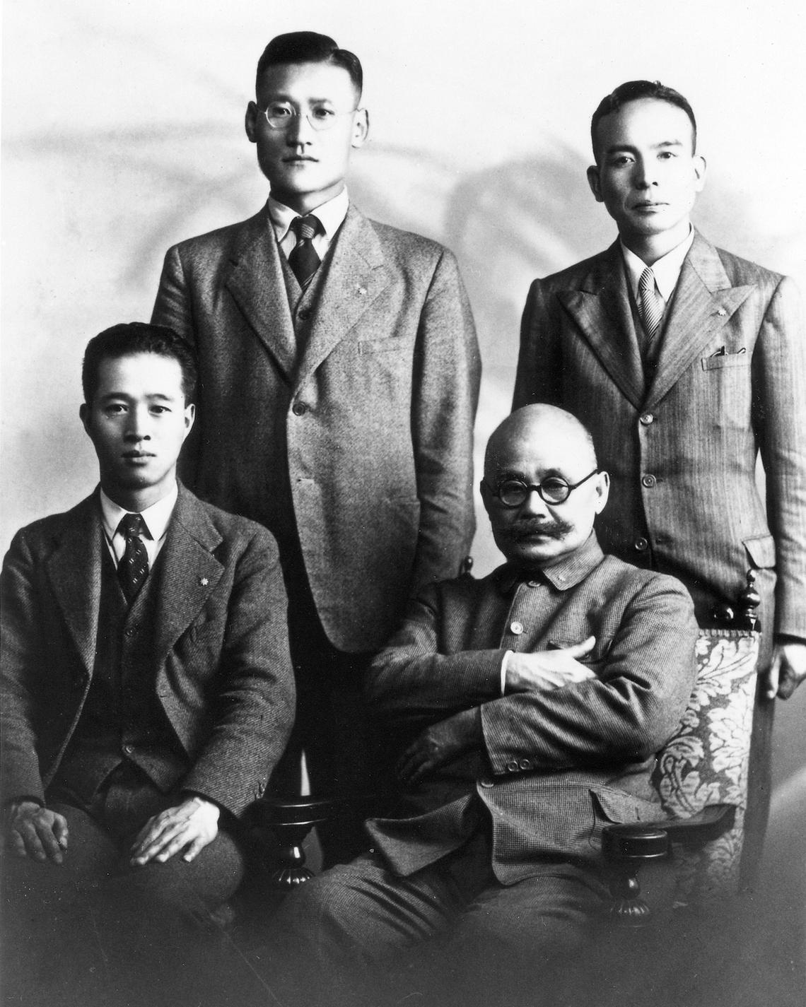 入社1年目の吉田秀雄(後列右)