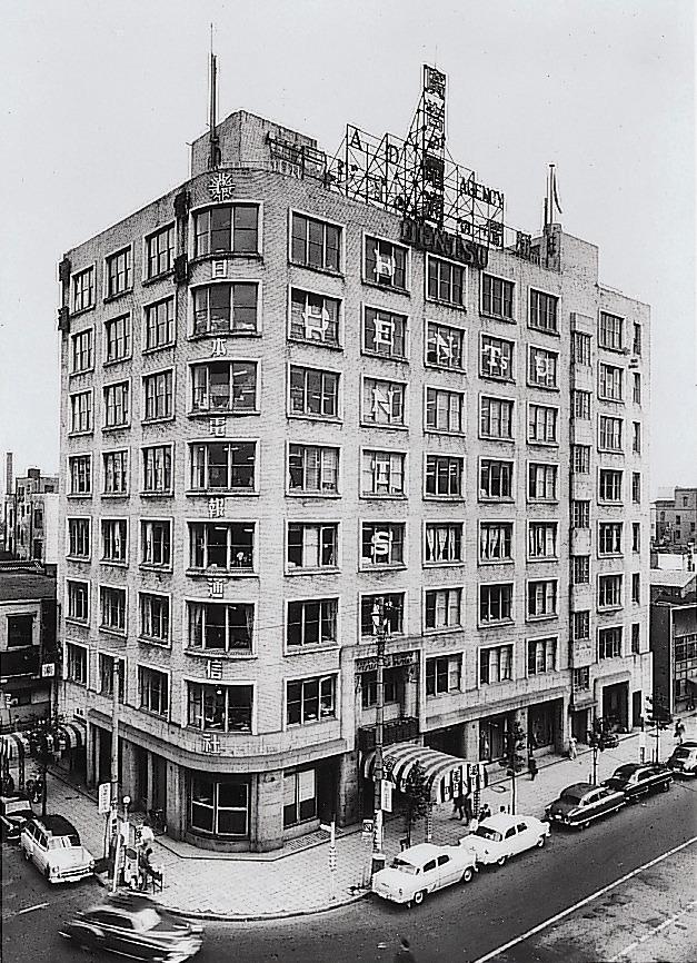 終戦後、迷彩を洗い落とした電通銀座ビル