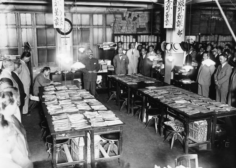 1932年の電通オフィス。この日は賞与日で光永社長が社員全員に手渡した