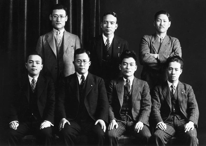 1932年ころ、友人の集まりで。後列中央が吉田、左が日比野、前列右端が坂本