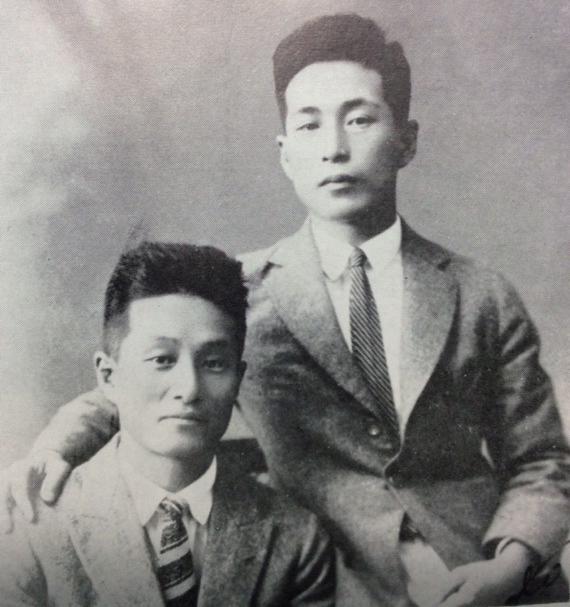 1922年、満鉄入社の記念に兄(左)と