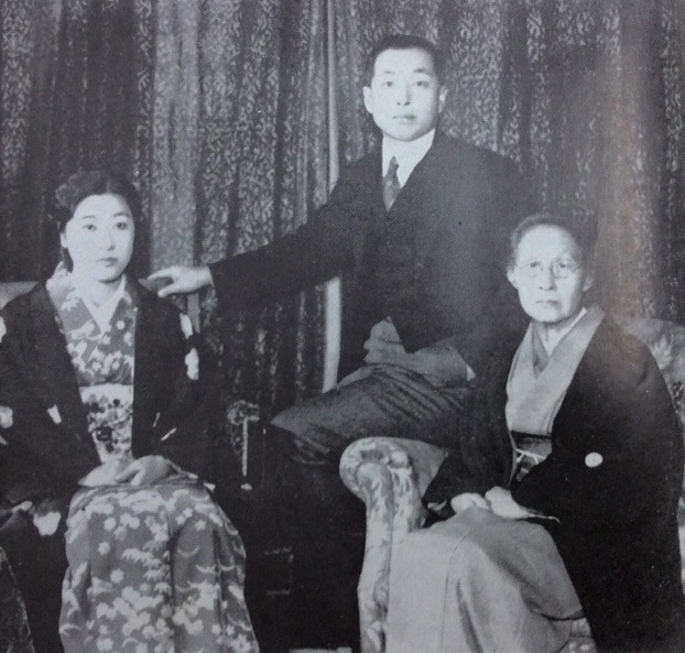 1938年、満鉄大連本社総裁室弘報課長時代に家族と